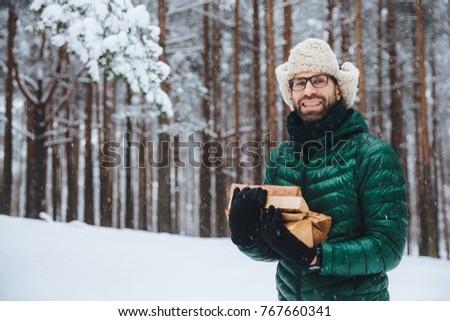 Kellemes néz szakáll férfi modell tűzifa szabadidő Stock fotó © vkstudio