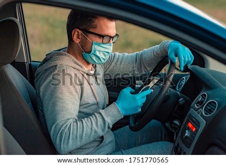 Człowiek ochrony maska posiedzenia samochodu ręce Zdjęcia stock © Illia
