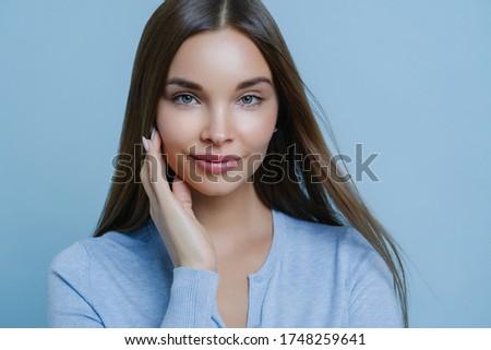 Przepiękny ciemne kobieta policzek kierować kamery Zdjęcia stock © vkstudio