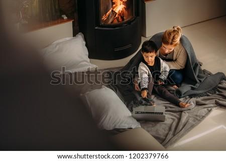 Pequeno menino olhando algo interessante mãe Foto stock © dacasdo