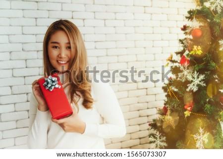 Encantado mulher sessão caixa de presente casa dom Foto stock © HASLOO