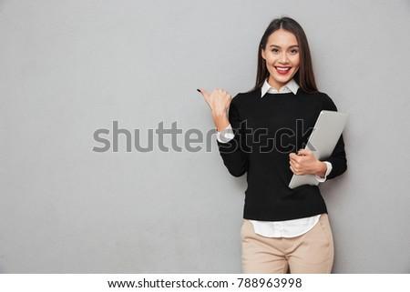 Foto stock: Retrato · hermosa · jóvenes · mujer · de · negocios · maleta