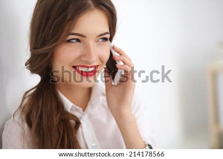 Stockfoto: Mooie · brunette · zakenvrouw · praten · smartphone · jonge