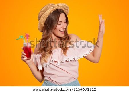 брюнетка · молодые · Lady · соломенной · шляпе - Сток-фото © hasloo
