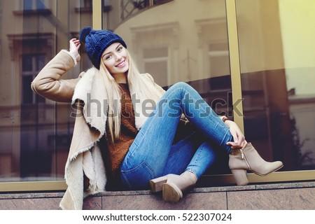 gelukkig · vrouw · winter · bont · hoed - stockfoto © monkey_business