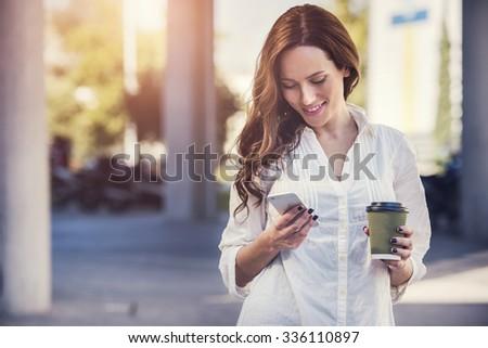Gyönyörű fiatal ázsiai nő sms üzenetküldés okostelefon Stock fotó © deandrobot