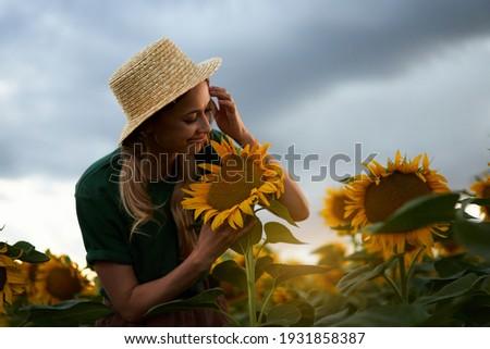 Nő áll mező virágzó megművelt ültetvény Stock fotó © stevanovicigor
