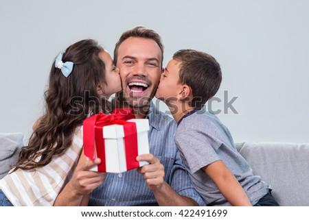 Apa tart ajándék fiú lánygyermek ül Stock fotó © wavebreak_media