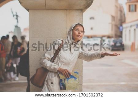 turista · lány · felfedez · térkép · aktív · gyönyörű - stock fotó © lightpoet