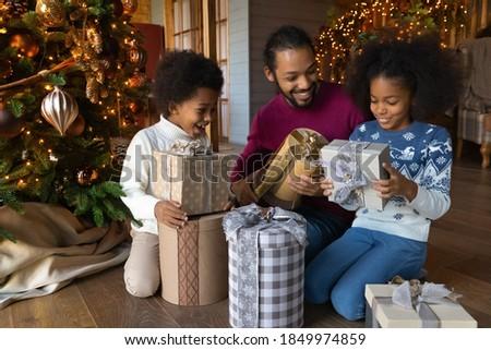 Trois soeurs coffret cadeau vacances bonheur Photo stock © dashapetrenko