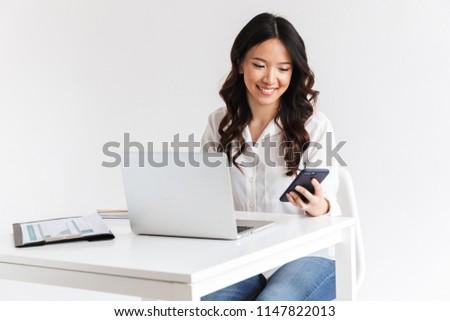 fotoğraf · başarılı · Asya · kadın · uzun · koyu · renk · saçları - stok fotoğraf © deandrobot