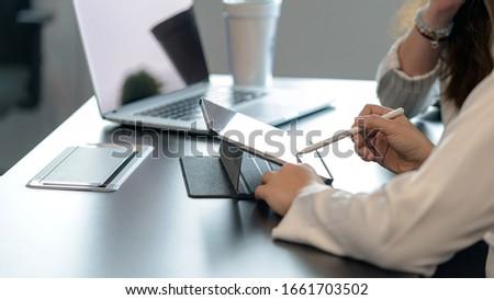 Jong meisje tabel kantoor punten vinger Stockfoto © Traimak