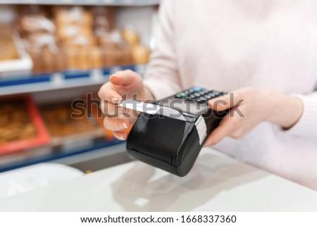 Handen kassier cash zijaanzicht kassa Stockfoto © Kzenon