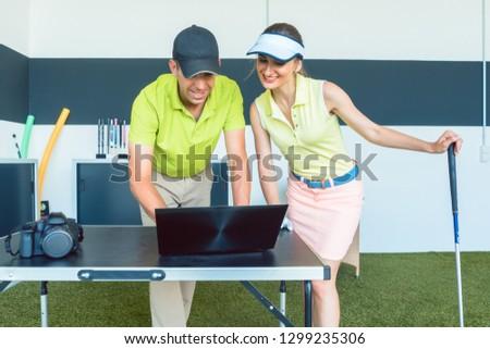 Wesoły kobieta oglądania wideo strajk golf Zdjęcia stock © Kzenon