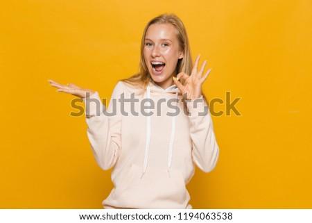 Fotó lány fogászati fogszabályozó tart copy space Stock fotó © deandrobot