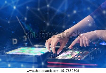 Mână muzică conectivitate colorat petrecere laptop Imagine de stoc © ra2studio