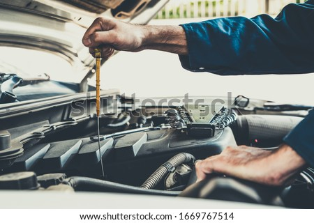 Mantenimiento reparación del coche automotor hombre coche mecánico Foto stock © snowing