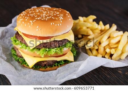 Fraîches Burger frites françaises table en bois bols Photo stock © galitskaya