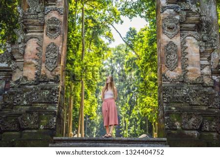 fiatal · nő · turista · pagoda · utazás · Ázsia · utazó - stock fotó © galitskaya