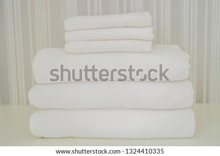 witte · pluizig · handdoeken · kast · dienst - stockfoto © galitskaya