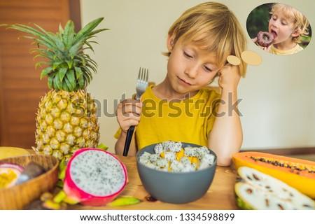 Menino fruto sonhos prejudicial alimentação saudável Foto stock © galitskaya