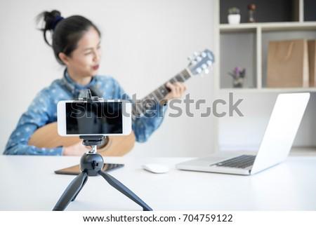 Social media leren ontspannen spelen gitaar jonge vrouw Stockfoto © Freedomz