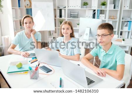 портрет · студент · домашнее · задание · ноутбука · столе · комнату - Сток-фото © pressmaster