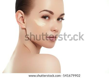 portré · gyönyörű · nő · jelentkezik · krém · arc · bőrápolás - stock fotó © serdechny
