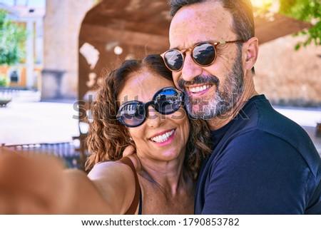 старший · женщину · Солнцезащитные · очки · позируют · задний · двор - Сток-фото © dashapetrenko