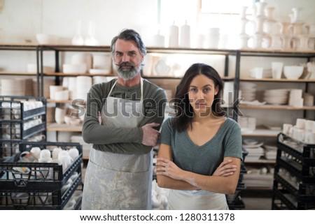 Ernstig collega's naar camera aardewerk workshop Stockfoto © wavebreak_media