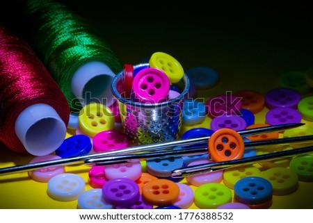 Stok fotoğraf: Büyük · bir · grup · renkli · plastik · dikiş · düğmeler · siyah