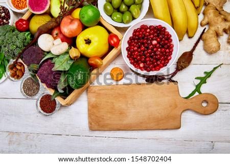 Autour planche à découper blanche saine vegan Photo stock © Illia