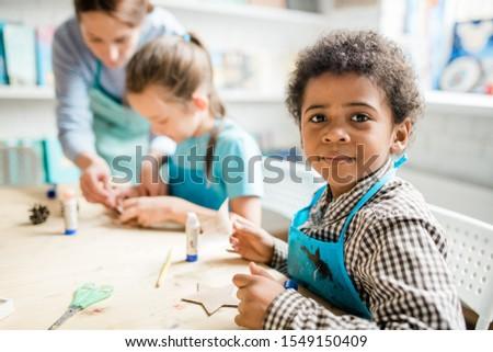Aranyos iskolás fiú kék kötény kézzel készített karton Stock fotó © pressmaster
