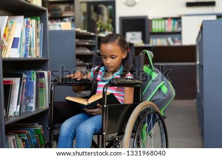 figyelmes · iskolás · lány · portré · lány · hallgat · tanár - stock fotó © wavebreak_media