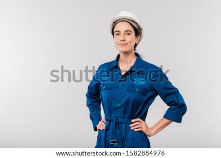 Sonriendo exitoso femenino ingeniero casco de seguridad Foto stock © pressmaster