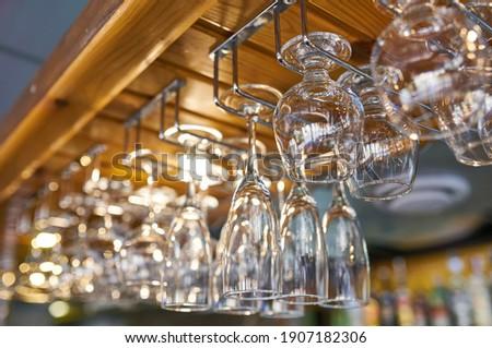 Czyste kieliszki do wina wiszący do góry nogami powyżej bar Zdjęcia stock © ruslanshramko