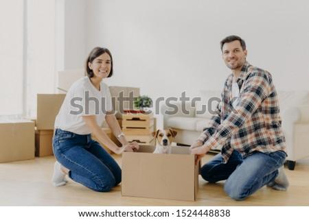 Pozitív boldog férj feleség áll karton Stock fotó © vkstudio