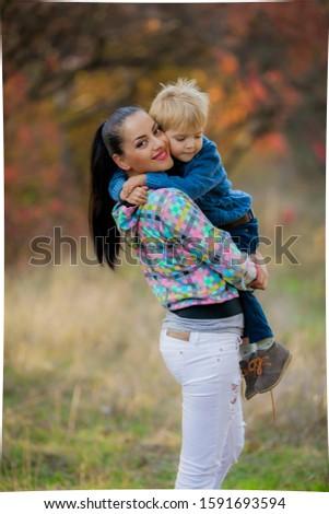 Femme blanche pants cheveux foncés fils nature Photo stock © ElenaBatkova