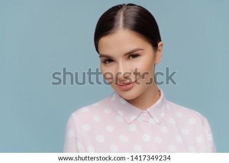 Lövés komoly kellemes néz barna hajú női Stock fotó © vkstudio