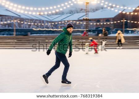 Professionali maschio skater pattinaggio sicuro ghiaccio Foto d'archivio © vkstudio