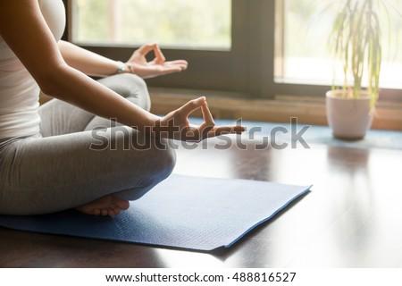 Felismerhetetlen lány ül jóga kék otthon Stock fotó © Illia