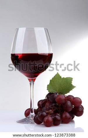 um · vidro · vinho · branco · folhas · verdes · uva · vinho - foto stock © tetkoren