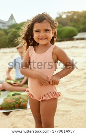 szczęśliwą · rodzinę · dziewczynka · plaży · rodziców · patrząc · dziewczyna - zdjęcia stock © Paha_L
