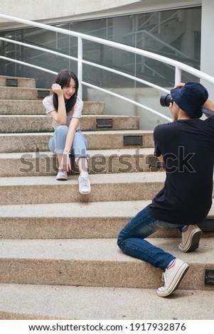 Maschio fotografo immagini donna scale Foto d'archivio © deandrobot