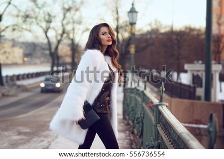 Mooie brunette meisje witte pels winter Stockfoto © Victoria_Andreas