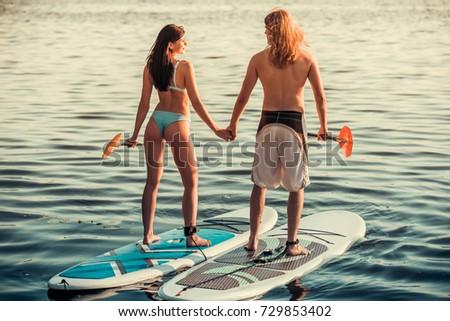 Fiatal pér néz egyéb tart szörfdeszka part Stock fotó © wavebreak_media