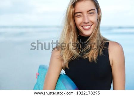 улыбающаяся женщина доска для серфинга Постоянный морем пляж Сток-фото © wavebreak_media