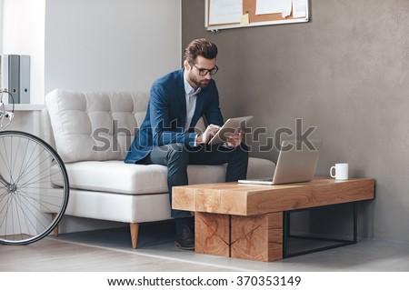 młody · człowiek · posiedzenia · tabeli · biuro - zdjęcia stock © Traimak