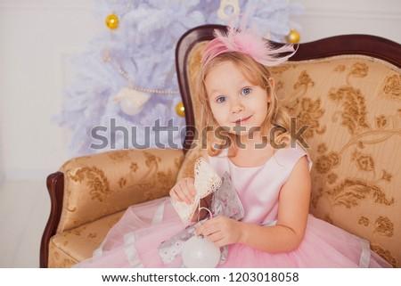 Küçük sarışın prenses kız mavi top Stok fotoğraf © Lady-Luck