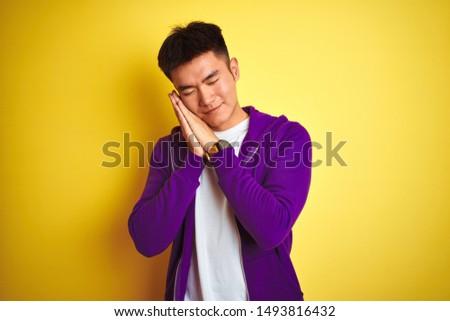álmodik fiatal ázsiai férfi pózol izolált Stock fotó © deandrobot